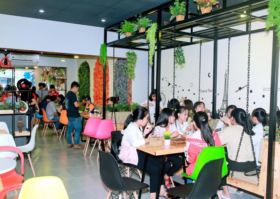 khách hàng pozaa tea quảng ngãi thưởng thức đồ uống ngon